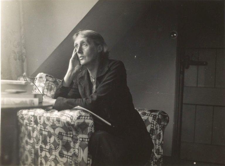 Unravelling Gender Binaries in Virginia Woolf's Orlando